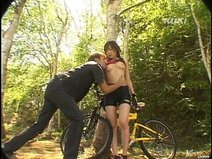 [Yua Aida] outdoors by cycling the beautiful woman suddenly had a bicycle SEX! Such as a back with a hand to the tree, the other in fierce also piston!